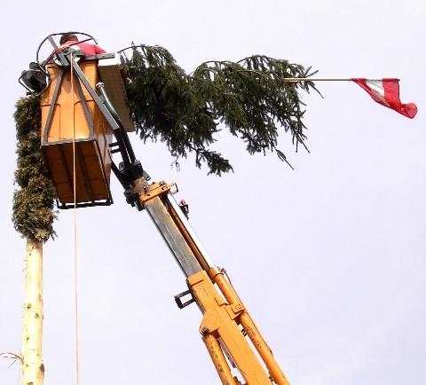 Maibaumwipfel wurde wieder befestigt